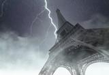 Wieża Eiffla podczas ciężkiej burzy, deszczu i oświetlenia w Paryżu, twórczy obraz