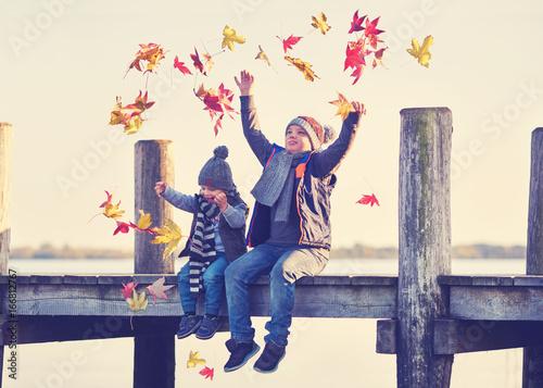 Poster Steg im Herbst mit fröhlichen Kindern