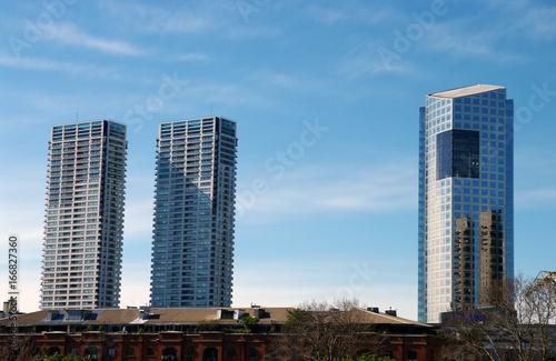 Reflet de gratte-ciel et tours jumelles