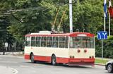 Trolejbus na ulicy miasta