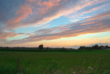 Zachód słońca na tle pięknej przyrody