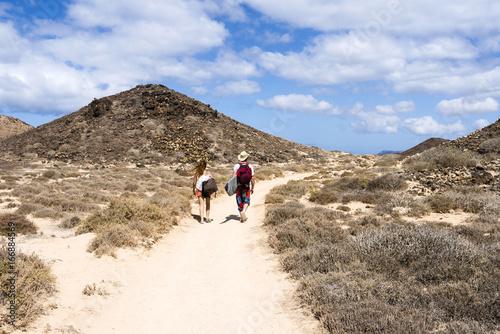 Canvas Canarische Eilanden Surfer hiking in the small island Isla Los Lobos Fuerteventura.
