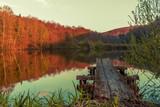 Pomost na tle jesiennego jeziora