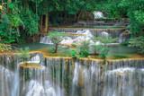 Huay Mae Kamin, Piękny wodospad krajobraz w rainforset w prowincji Kanchanaburi, Tajlandia