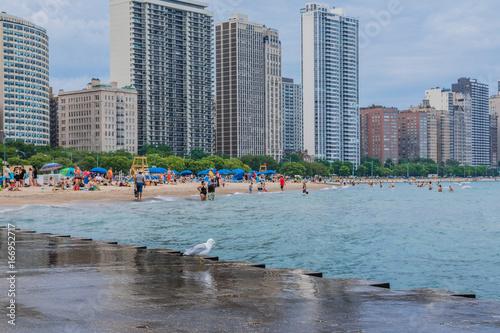 Tuinposter Chicago Oak street beach, im Hintergrund Wolkenkratzer Skyline, Chicago