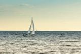 Statek wycieczkowy płynie z portu do morza