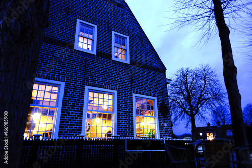 Poster Beautiful little traditional house in Amsterdam in night