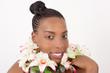 Jeune femme en beauté avec des fleures blanche au cou