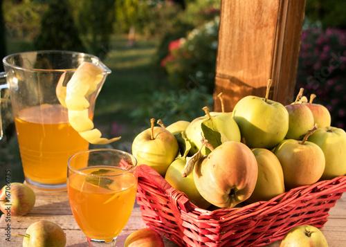 Apfelsaft aus frisch gepflückten Sommeräpfeln