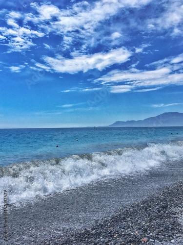 onde che si infrangono sulla spiaggia di Bordighera