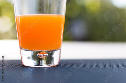 Multivitaminsaft, orange, draußen