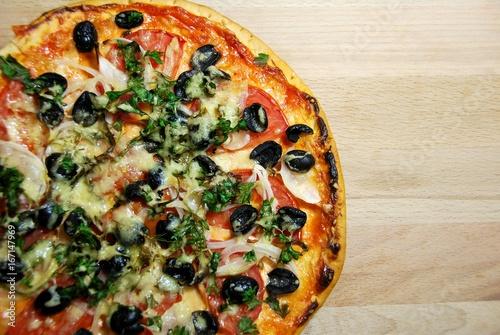 пицца с томатами, маслинами и зеленью