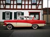 Zweitürige Limousine der Fünfzigerjahre mit traditioneller Zweifarbenlackierung vor einem Fachwerkhaus in Wettenberg Krofdorf-Gleiberg in Hessen