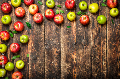 Red and green apples .
