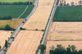 Landschaft Feld Felder Herbst Sommer Straße Eisenbahn Bahn Verkehr Natur Luftbild