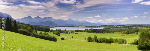 Foto op Canvas Panoramafoto s Panorama Landschaft in Bayern mit Berge und See im Allgäu