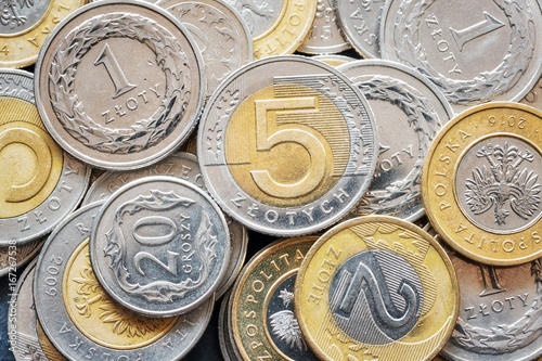 Zamknij się obraz polskich złotych monet, płytkiej głębi ostrości.