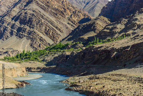 Tuinposter Grijze traf. river with mountain, leh ladakh, india