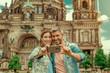 Paar in Berlin macht ein Selfie