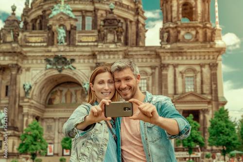 Deurstickers Berlijn Paar in Berlin macht ein Selfie