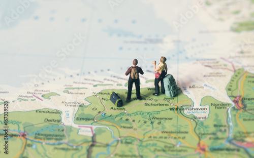 Paar schaut auf die Nordsee / Urlaub in Deutschland - Miniaturfiguren
