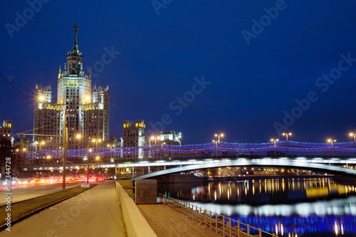 Foto op Plexiglas Moskou Россия. Москва. Высотное здание на набережной.