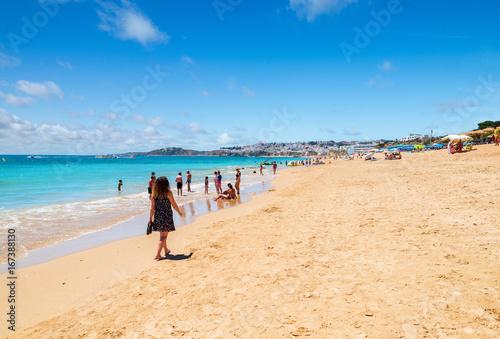 métisse se promenant sur la plage ensoleillée Poster
