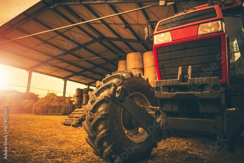 Foto Spatwand Trekker Hay Storage and the Tractor