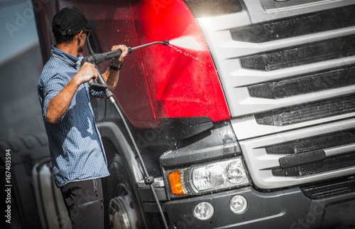 Spoed canvasdoek 2cm dik Wanddecoratie met eigen foto Truck Driver Washing His Semi