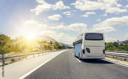 Autobus pędzi wzdłuż asfaltowej autostrady szybkiego ruchu.