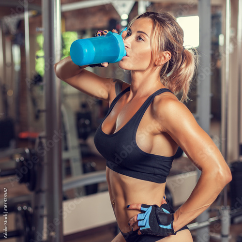 Poster The sportswoman drinks water