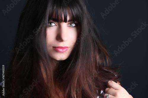 Portrait d' une belle femme avec une frange