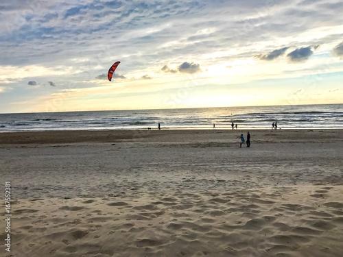 Aktive Menschen am Strand von Egmond