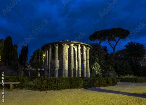 Tuinposter Rome Temple of Hercules Victor at Night. Rome