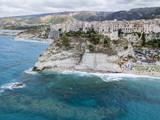 Panoramica di Tropea, casa sulla roccia e Santuario di Santa Maria dell'Isola, Calabria. Italia. Destinazione turistica, località balneare