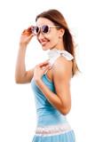 attraktive lachende junge Frau im Sommerkleid vor weißem Hintergrund