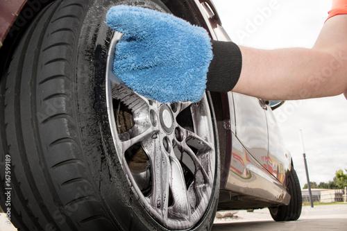 Dreckiges Rad bzw. Felge wird mit Mikrofaser Handschuh gereinigt