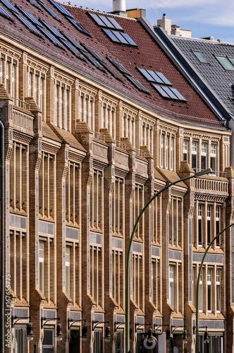 Deurstickers Berlijn Strukturierte Hausfassade eines denkmalgeschützten Gewerbehofes der Jahrhundertwende in Berlin-Mitte