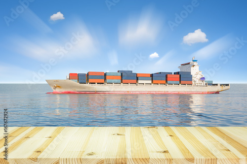 Foto op Aluminium Zeilen Cargo ship and cargo container in sea with clear sky background.