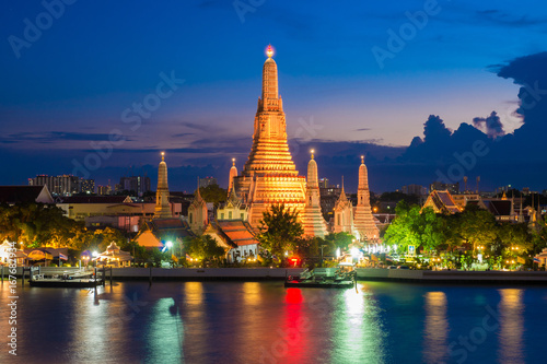 Fotobehang Bangkok Wat Arun at dusk after completely renovation.