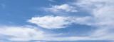 Banner mit blauem Himmel und Wolken
