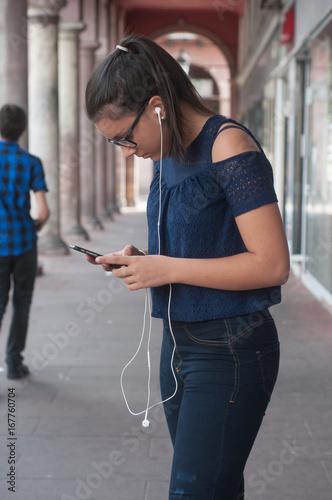 jeune fille avec skate board et musique
