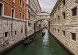 Venecia, puente de los suspiros al atardecer con gondolas