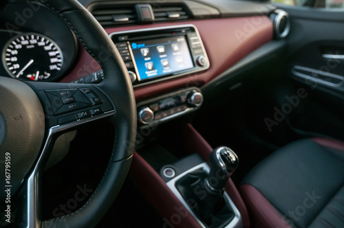 Wnętrze nowego samochodu z wyświetlaczem informacyjno-rozrywkowym z ekranem dotykowym.