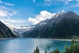 Bergsee in den Alpen mit Gletscher im Hintergrund