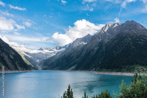 Bergsee in den Alpen mit Gletscher im Hintergrund - 167824141