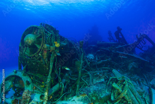 Aluminium Schipbreuk A shot of the sunken shipwreck of the captain keith tibbetts on little cayman. This old russian destroyer has been sunk to make an artificial reef for marine life in the ocean and for scuba divers