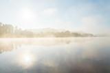 Morgendämmerung mit Nebel am Fluss