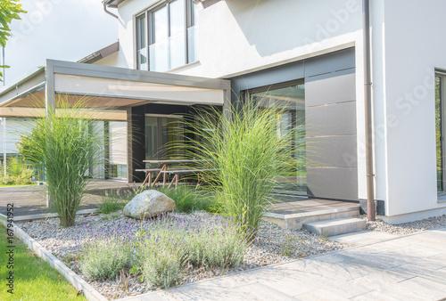 Moderne Außenanlagen mit Terrasse