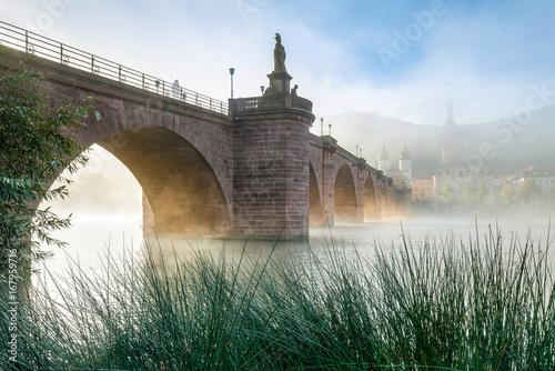 Poster Alte Brücke in Heidelberg im Nebel